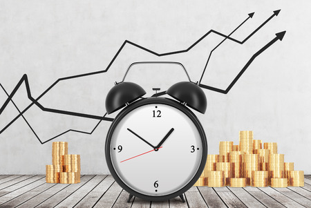 cash money: Un reloj de alarma est� en el primer plano y monedas de oro est�n en el fondo. Gr�ficos de l�neas financieras se dibujan en la pared de hormig�n. Piso de madera. El concepto de tiempo es dinero. Representaci�n 3D. Foto de archivo