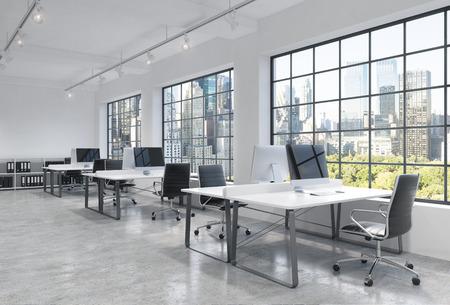 Werkplekken in een heldere moderne loft open ruimte kantoor. Tafels zijn uitgerust met moderne computers; boekenplanken. New York panoramisch uitzicht. Een concept van een hoge kwaliteit consulting services. 3D-rendering.