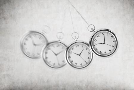 columpio: Un reloj de bolsillo como una oscilación del péndulo. Fondo concreto. representación 3D. El tiempo es el concepto de dinero. Foto de archivo