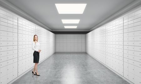pesebre: Un pesebre privada hermosa de un banco est� de pie en una habitaci�n con cajas de seguridad. Un concepto de almacenamiento de documentos u objetos de valor importantes en un entorno seguro y protegido. Foto de archivo