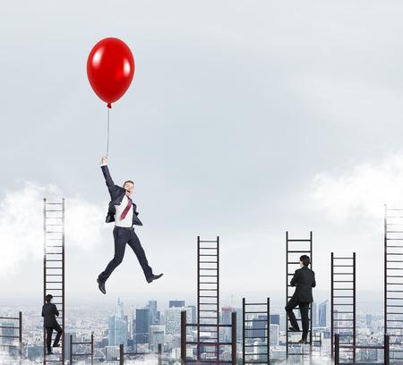 zakenman in een pak vliegen gelukkig met een ballon boven Parijs, mannen klimmen ladders, concept van succes en carrière groei