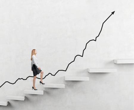 Bepaalde zakenvrouw die een carrer-ladder beklimt, positieve achteruitgang, donkere achtergrond, concept van succes en loopbaangroei Stockfoto