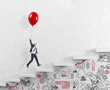 affaires dans un costume de vol heureux tenant un ballon sur carrer échelle, signe alternatives de carrière sous l'escalier, le concept de la réussite et la croissance de carrière