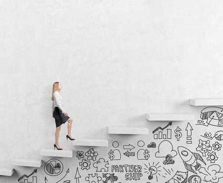 vastberaden zakenvrouw beklimmen van een ladder carrer, businessicons getrokken onder de ladder, witte achtergrond, concept van succes en carrière groei