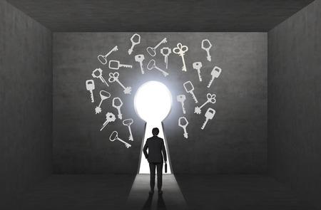 Jonge man met een zaak die zich voor een belangrijk gat met verschillende sleutels geschilderd rond. Zwarte achtergrond. Terug te bekijken. Concept van het vinden van een oplossing.
