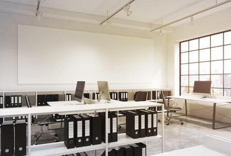 Open space-kantoor, groot raam rechts, New York-uitzicht, tafels met computers, bureaustoelen, boekenplanken met mappen, lampen aan het plafond, groot wit bord aan de muur. Concept van het werk