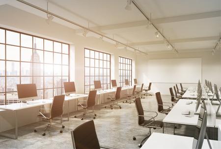 Tre file di computer da tavola in una luce moderno ufficio open space, uno dei quali lungo la finestra. Grande schermo vuoto sulla parete. New York vista, filtro. Concetto di lavoro.