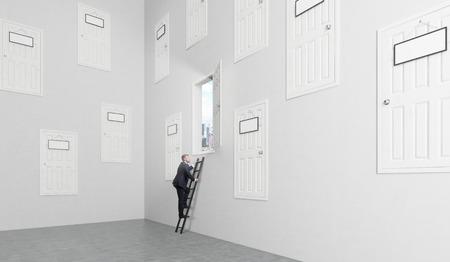 Een kamer met een groot aantal gesloten deuren in de muren op verschillende hoogte met lege deur-platen op hen, een open is, de mens het beklimmen van een ladder om er te geraken. Concept van het vinden van een uitweg.
