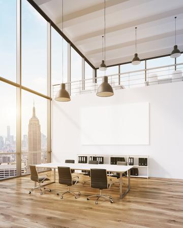 Vergaderruimte voor zes, lege poster aan de muur. Panoramisch raam, New York uitzicht. Zolder. Filter, afgezwakt. Concept van de vergadering. 3D-rendering