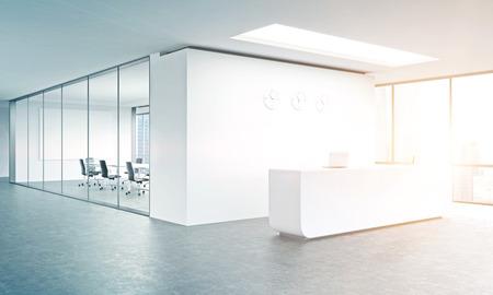 Puste biuro, białe przyjęcie przy białej ścianie, trzy zegary na nim. Okno panoramiczne w prawo, sala konferencyjna w tyle. Filtruj, stonowane. Koncepcja odbioru. Renderowania 3D