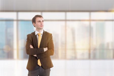 mani incrociate: Uomo d'affari con le mani incrociate. Finestra a priorità bassa. Concetto di lavoro.