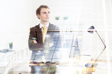 mani incrociate: Uomo d'affari con le mani incrociate, ufficio al fondo. Doppia esposizione. Concetto di lavoro. Archivio Fotografico