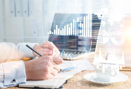 Zakenman tekening zakelijke grafieken in schrift op het bureau. Double exposure Stockfoto