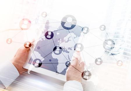 네트워킹 시스템 및 태블릿을 사용 하여 사업가입니다. 이중 노출