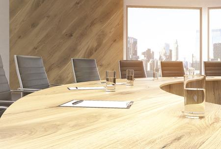 Gros plan de table en bois, circulaire de conférence avec des chaises et vue sur la ville. rendu 3D