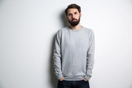 sudadera: Individuo joven en la camiseta de manga larga sobre fondo gris claro