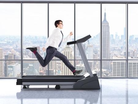 Biznesmen działa na bieżni we wnętrzu z betonową podłogą i oknami z widokiem na Nowy Jork. Renderowanie 3D