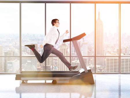 El hombre de negocios corriendo en la cinta en el interior con piso de concreto y ventanas con vista a la ciudad de Nueva York. la imagen en tonos. Representación 3D