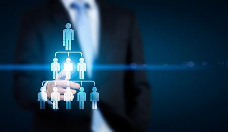 concept délégué l'homme d'affaires montrant abstrait employé hiérarchie pictogramme