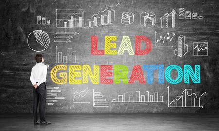 concept de génération de prospects avec homme d'affaires regardant tableau d'affaires et des diagrammes sur tableau noir