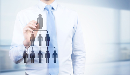 delegar: Delegar concepto con el empresario y la jerarquía de los empleados pictograma