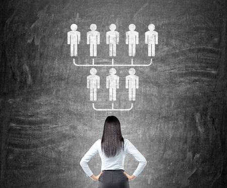 concept de délégué avec d'affaires regardant hiérarchie esquisse sur tableau noir Banque d'images