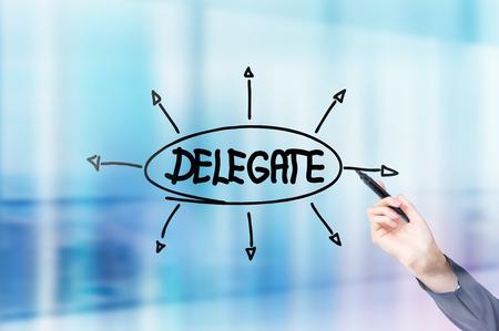 delegar: Empresaria mano que dibuja delegado boceto sobre fondo azul