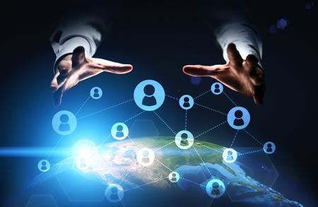 redes de mercadeo: establecimiento de una red social global con las manos empresario agarrar globo con iconos conectados.