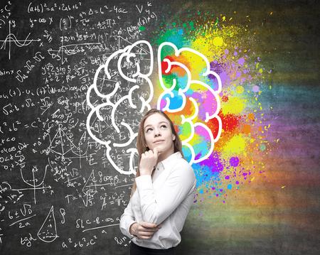 Rechte und linke Hemisphäre, kreative und analytische Denken Konzept mit nachdenklichen Geschäftsfrau auf den Hintergrund in bunte und mathematische Formel Wände geteilt