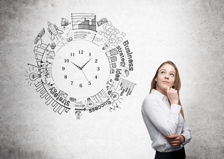 mujer pensativa: concepto de gestión de tiempo con la joven empresaria thoughful y cketch reloj en el fondo de concreto