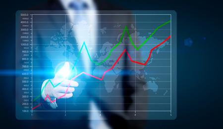 grafica de barras: El hombre de negocios que señala en la carta de negocios de iluminación y el mapa sobre fondo azul oscuro. Concepto de negocio global internacional Foto de archivo