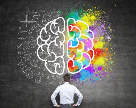 Prawej i lewej półkuli, twórcze i analityczne myślenie koncepcji z biznesmenem patrząc na tablicy z szkicu