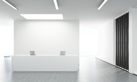 Vue de face du béton hall de bureau avec des ordinateurs portables sur blanc stand de réception et mur blanc derrière. rendu 3D