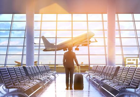 Reisconcept met zakenman en een koffer in luchthavenbinnenland met stadsmening en een vliegtuig die langs vliegen. 3D-weergave Stockfoto
