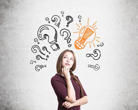 Mooie nadenkende jonge vrouw gevonden antwoord op haar vragen