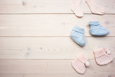 Cute baby girl and baby boy socks on blank wooden surface. Mock up Banque d'images