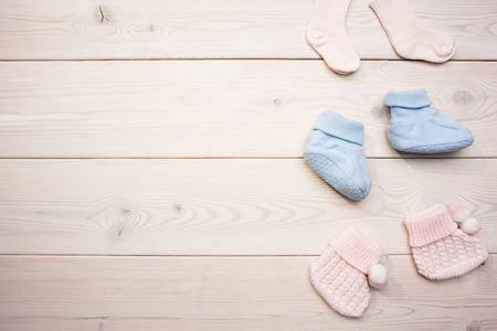 Schattig meisje en jongetje sokken op lege houten ondergrond. Mock up
