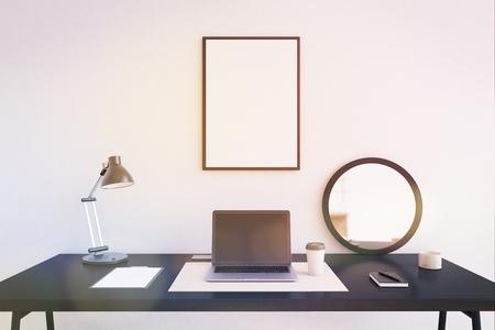 Moderne arbeitsplatz zu hause büro laptop in der mitte der
