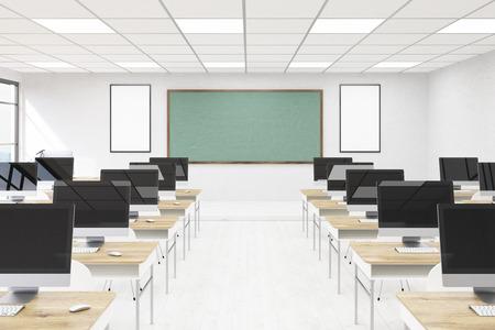 コンピューター ラボのインテリア。テーブル、グリーン ボード、壁にポスターをデスクトップにします。近代的な時間で勉強の概念。学校に戻る3 d