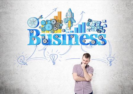pensamiento estrategico: El hombre en camisa de pensar acerca de los negocios. Dibuje en el fondo de la pared de hormig�n. Concepto de pensar en el futuro y el desarrollo estrat�gico Foto de archivo