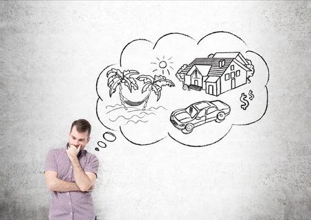 コンクリート壁の前に休暇を夢見ながらシャツの男。旅のスケッチと考え、バブル。計画の概念