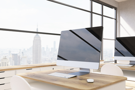 new york city panorama: Computer screen on wooden table. New York City panorama. Concept of good workplace. 3d rendering. Mock up