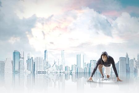 African American uomo sempre pronto a correre a New York sullo sfondo. Concetto di corsa e raggiungere i vostri obiettivi.