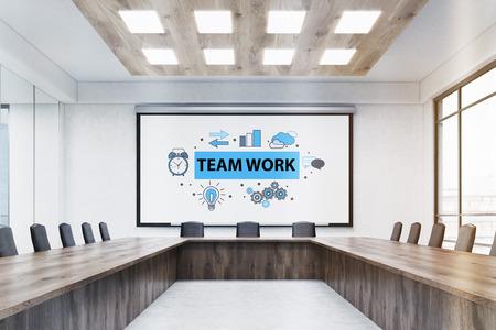 reunion de trabajo: Reunión Interior de la sala con un gran cartel de trabajo en equipo, mesa de madera y sillas de cuero. Concepto de lluvia de ideas. Las 3D. Bosquejo Foto de archivo