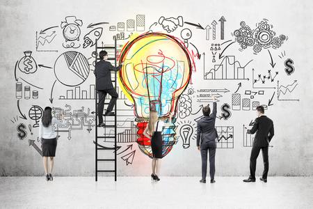 カラフルな電球とスタートアップ スケッチ コンクリート壁の近くのビジネス チーム立ちの背面します。はしごで一人の男。プロジェクト開発の概