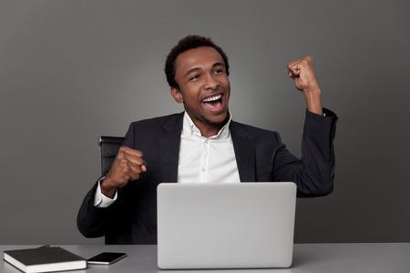 buen trato: hombre de negocios estadounidense acaba de sellar una muy buena oferta y celebrar su victoria en el cargo.