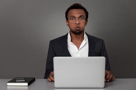 African American Geschäftsmann ist mit seiner Arbeit satt und bereit, es zu beenden. Konzept von zu viel