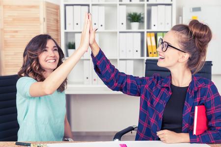 buen trato: Dos colegas están dando de alta cinco y celebrar un buen acuerdo que acaban de sellado. El concepto de éxito.