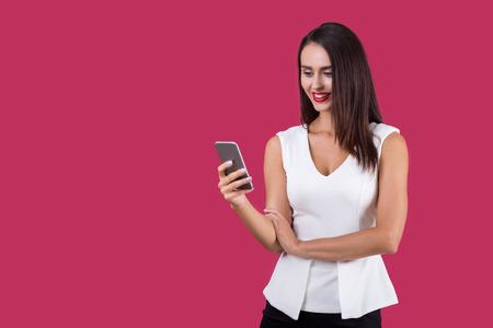 amigas conversando: Chica en top blanco mensajes de texto en su teléfono inteligente. Concepto de mensajes de texto pequeños y conversación amistosa. Bosquejo.
