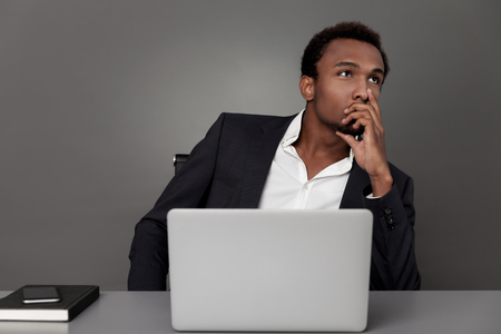 pensamiento estrategico: Joven hombre de negocios estadounidense está llevando a cabo un plan para el crecimiento de su empresa. Concepto de pensamiento estratégico Foto de archivo